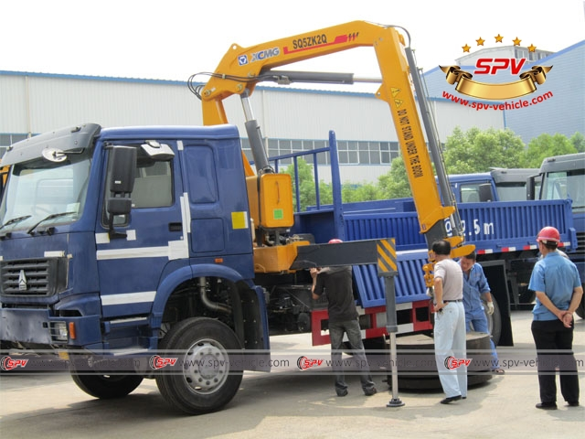 4x4 HOWO off road Truck Mounted Knuckle Boom Crane 5tons