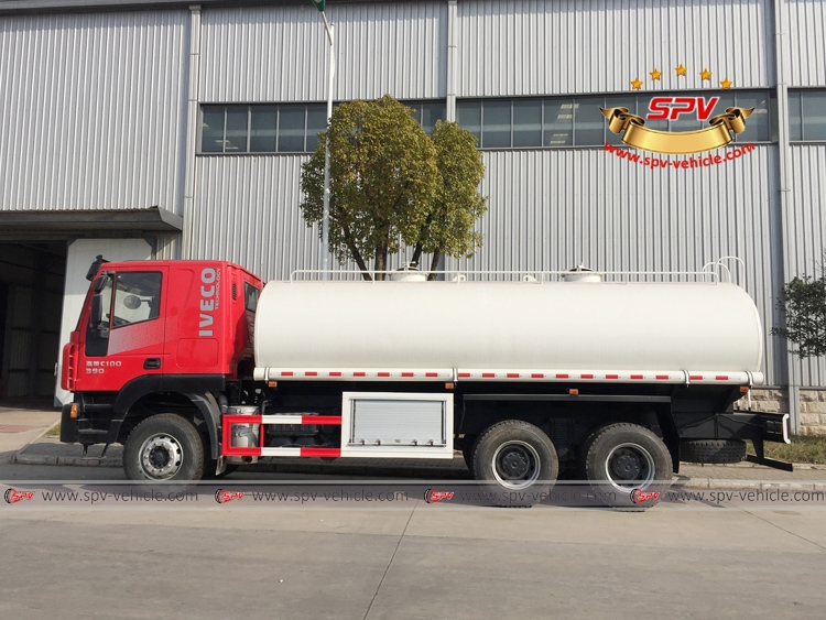 Left View: Water Bowser 20,000 liters IVECO Red